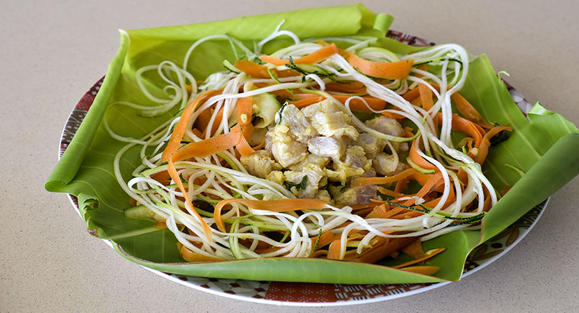 la papillote de poisson cru, en robe de bananier, tagliatelles et spaghetti de légumes pays