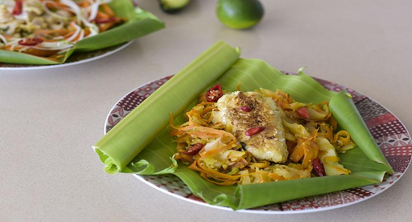 La papillote de poisson, dans sa feuille de bananier, et ses tagliatelles de légumes pays